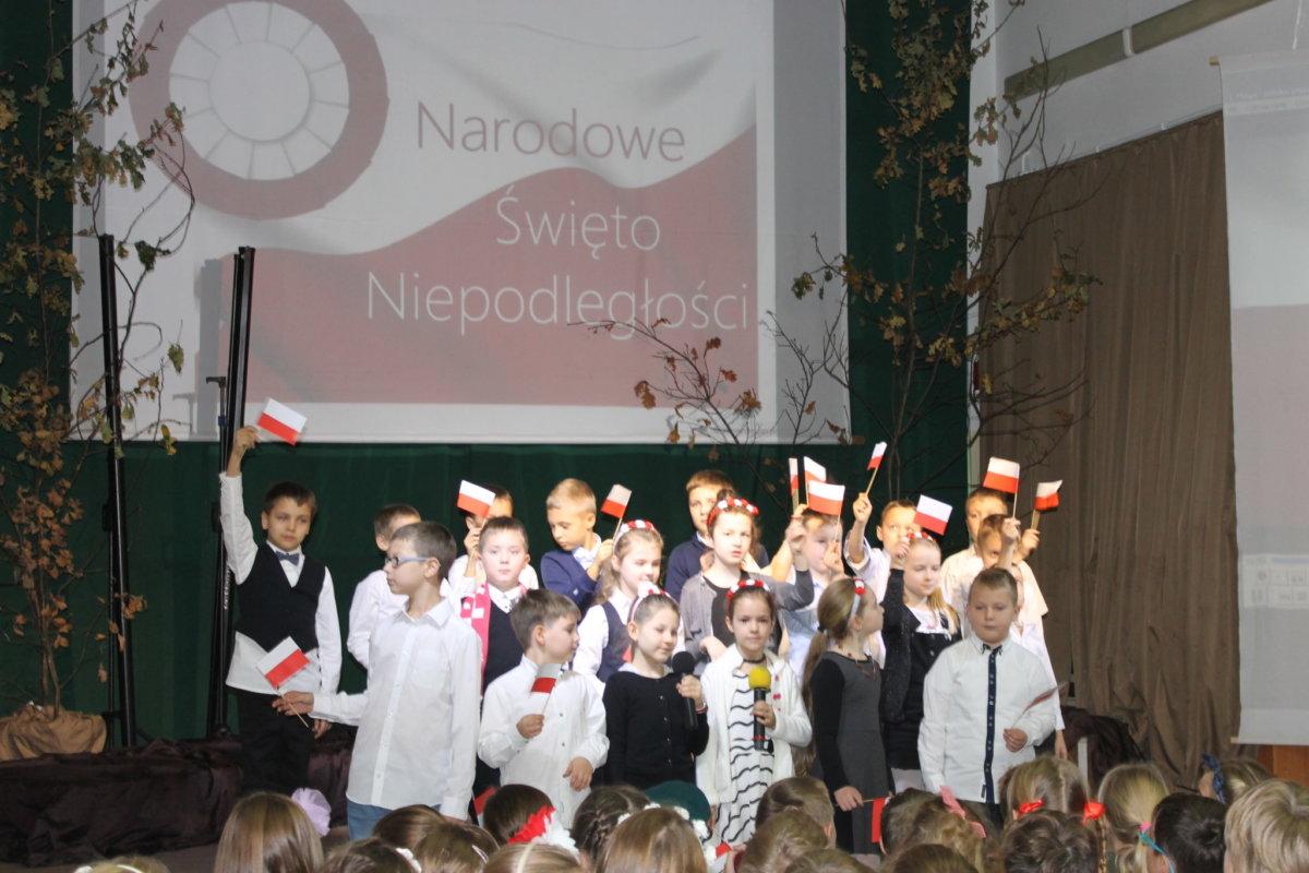 Uczniowie klas I-III świętują 100-lecie Niepodległości Polski
